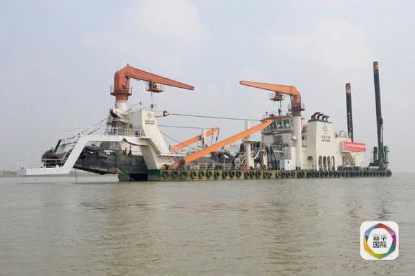 来自中国企业的船只在孟加拉国帕德玛大桥项目中作业.(新华社发