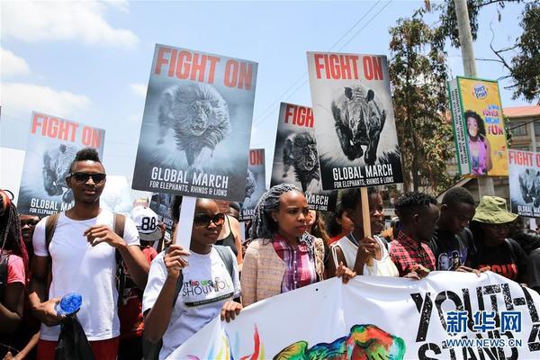 10月15日,在肯尼亚首都内罗毕,民众参加保护野生动物游行。当天,约2000名肯尼亚人走上首都内罗毕的街头,参加保护野生动物游行,呼吁人们增强对大象、犀牛、狮子等野生动物的保护意识。新华社记者潘思危摄