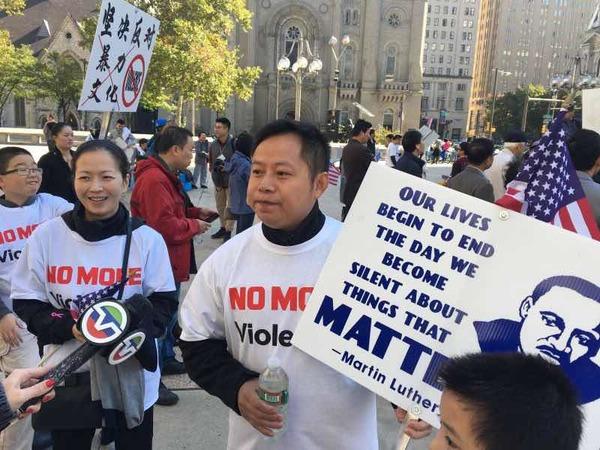 费城民众游行抗议嘻哈歌手YG煽动抢劫华裔(网页截图)