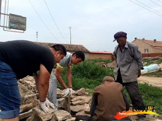 帮助村民进行新民居改造。杨金田 摄