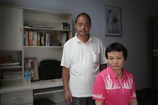 10月7日,山东临沂,徐玉玉的父母在女儿曾经生活的房间。新京报记者侯少卿摄