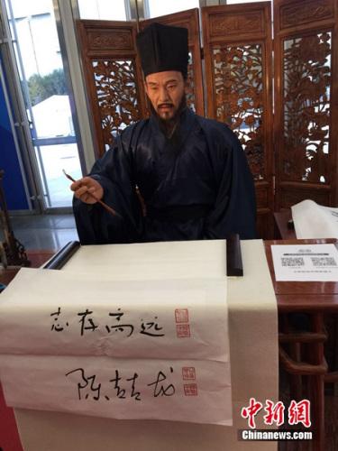 """书法机器人""""王阳明""""。中新网 吴涛 摄"""