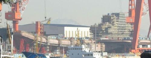 中国首艘国产航母的舰岛已经装配完毕,整体外形轮廓清楚呈现。(图片来源:香港《经济日报》网站)