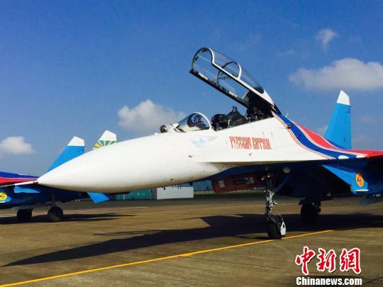 """重型战斗机苏-27是俄罗斯""""勇士""""飞行表演队的表演飞机. 邓媛雯 摄"""