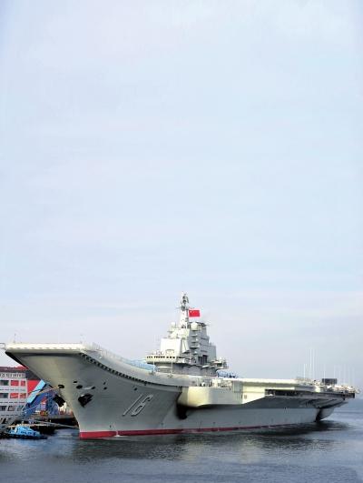 """月25日,我国第一艘航空母舰""""辽宁舰""""正式交付海军入役.资料图"""