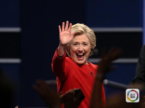 9月26日,美国民主党总统候选人希拉里·克林顿在首场电视辩论结束后向支持者致意。