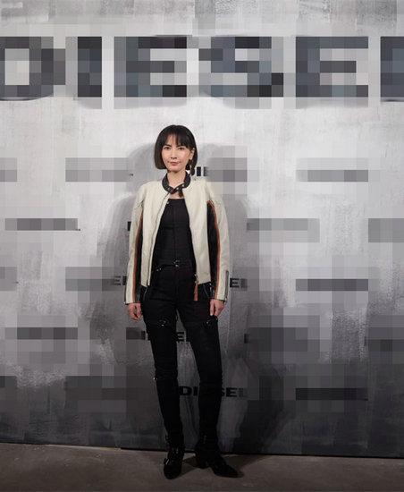 李媛颯爽登T台 ,八神智能天下網站紅裙配夾克詮釋時尚與不羈
