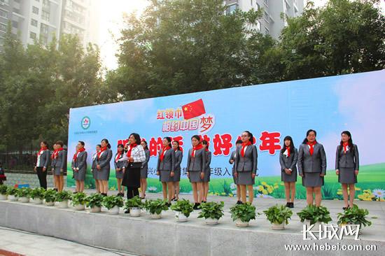 神兴小学张利宁副校长宣读一年级中队辅导员聘书. 通讯员供图