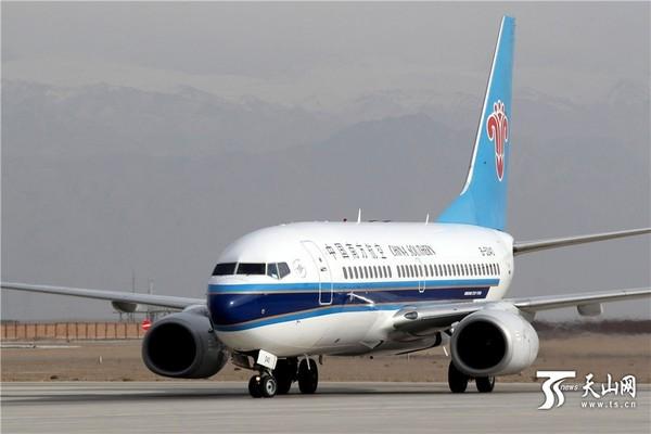 天山网讯(哈密日报记者蔡增乐摄影报道)10月31日,在哈密机场,旅客从郑州哈密喀什首航班机走出。当日,郑州哈密喀什航线开通,该航线的通航为新丝路又增添了一条便捷的空中通道,对促进丝绸之路经济带建设和新疆经济发展具有重要意义。