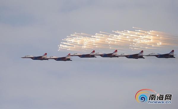 """俄罗斯""""雨燕""""飞行表演队的米格-29战斗机正在进行飞行表演。南海网特派记者 刘洋摄"""