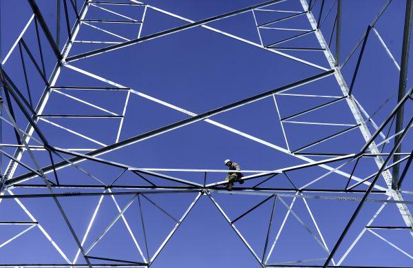资料图片:一名工作人员在电网升级改造工程现场作业。新华社记者张宏祥摄