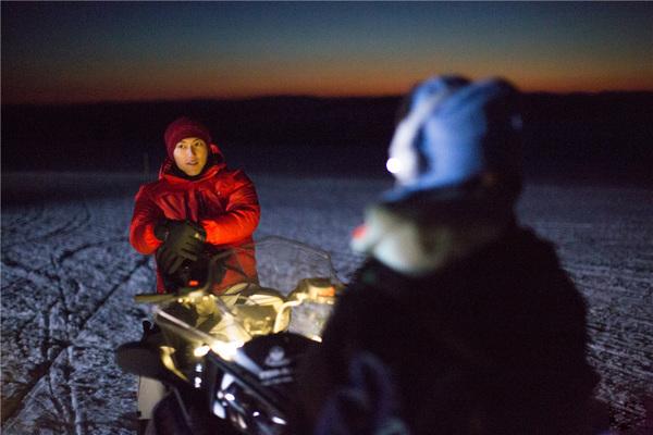 十二道锋味节目组坐在雪地里等极光