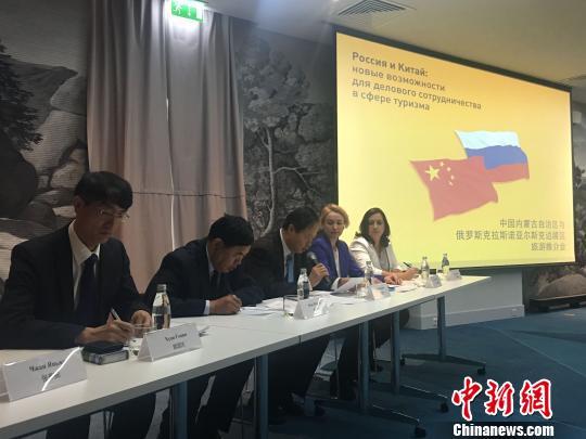 图为内蒙古旅游局做旅游推介。 张玮 摄