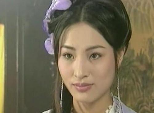 参与拍摄古装清朝喜剧《还珠格格》,饰演抛绣球相亲的杜家小姐杜若兰