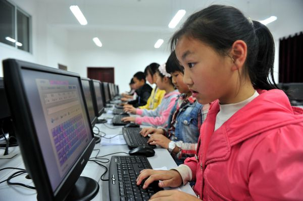 小学生在学习打字。 新华社发