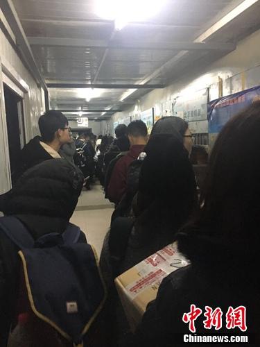 双11后,北京大学某快递点排长队取件。该校学生供图。