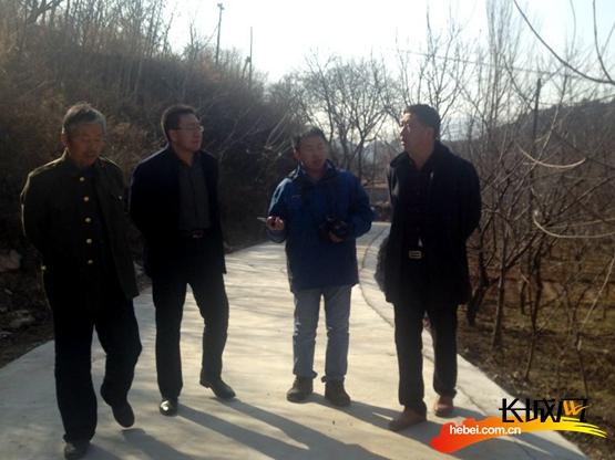 当天长城网记者到林下种植示范园区采访。李浈 摄