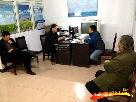 当晚记者在驻涿鹿宋家庄村工作组驻点采访工作组的同志和村两委负责同志。李浈 摄