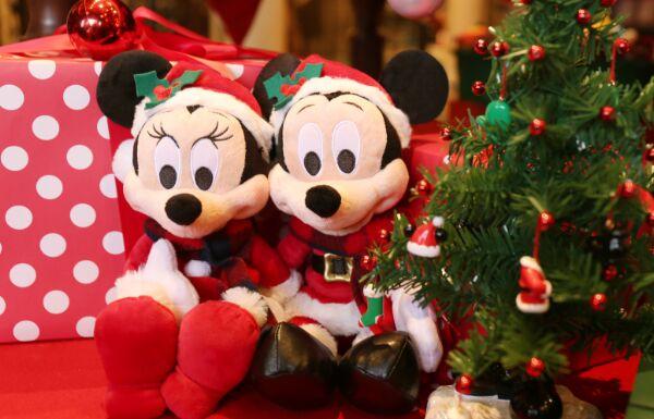 上海迪士尼度假区图 岁末将至,上海迪士尼度假区开启了圣诞模式。11月28日,新民晚报新民网记者了解到,除了城堡前将出现巨大的圣诞树外,米奇和他的朋友们换上了特别设计的圣诞服装在米奇大街迎接游客。此外,迪士尼的不同餐厅推出了不同的圣诞系列餐点。 据介绍,度假区的圣诞季创意灵感以乐园的米奇大街为中心,米奇和他的朋友们换上了特别设计的圣诞服装,用五彩缤纷的花环和彩灯将家装扮一新,让上海游客可以度过一个具有迪士尼风情的圣诞。此外,游客们还可与迪士尼朋友们见面合影。 今年圣诞主题活动的另一大亮点