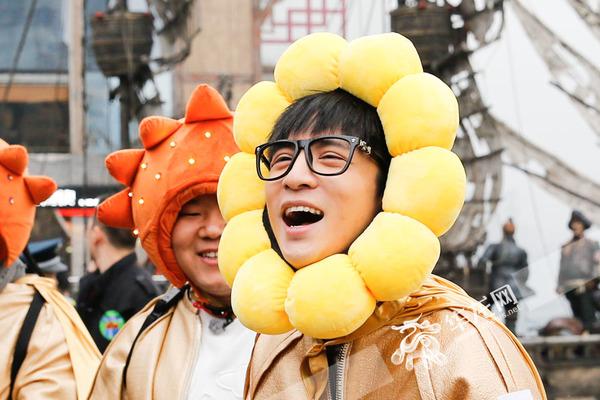 """最后,薛之谦头上的太阳头套被摘下,变成了一朵可爱的""""向日葵""""."""