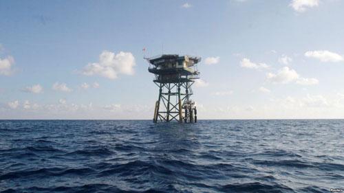 越南在南沙群岛上的浮动看守站。(图片来源:美国之音电台网站)