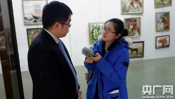 记者在圣彼得堡俄中商务园采访,这里集中了具有俄中特色的商品展销