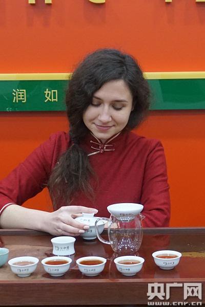 俄罗斯茶艺师安娜为顾客冲泡中国茶