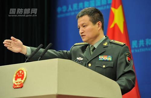 国防部新闻局局长、国防部新闻发言人杨宇军答记者问。李爱明 摄