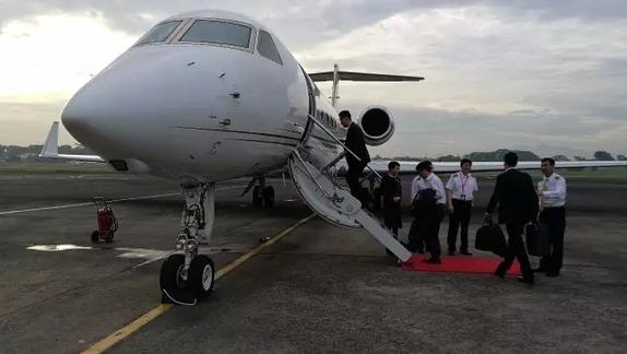 王健林登上了他的私人飞机