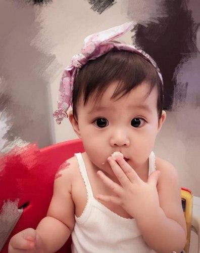 咘咘是贾静雯与修杰楷的宝贝,真是遗传了妈妈的大眼睛,脸型像爸爸,真