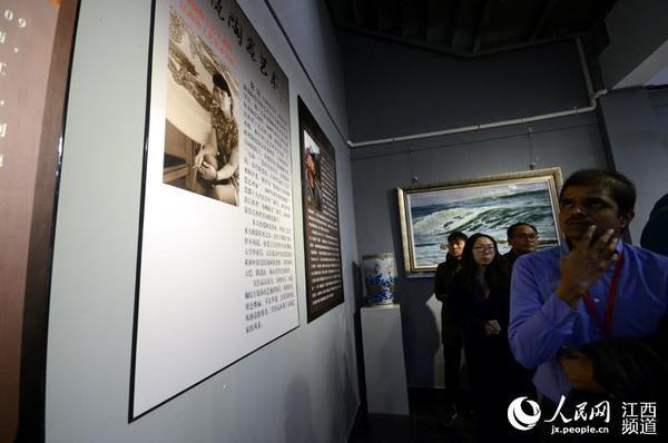 外媒记者在试运营的人民网陶瓷艺术馆里参观熊军、徐岚、潘寨民陶瓷艺术作品展。