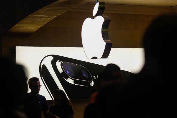 原标题:境外媒体:iPhone在华陷爆炸门 苹果称是外部因素 核心提示:苹果手机在中国市场陷入了爆炸风波,苹果表示,中国消费者保护报告中所描述的iPhone 6电池起火自燃事件,有可能是外部因素引起,此报告引发社交媒体热议。 参考消息网12月8日报道 境外媒体称,继三星Note 7爆炸事件后,苹果手机也在中国市场陷入了爆炸风波。有分析认为,如果爆炸事件造成更大规模的影响,苹果很可能重蹈三星的覆辙。 据新加坡《联合早报》网站12月7日报道,数据显示,今年9月至11月,共有8名消费者投诉其苹果手机在正常使用