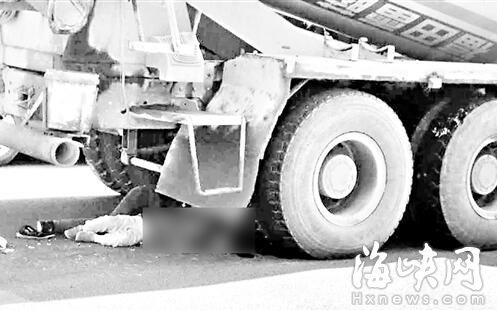 水泥搅拌车右后轮压到两人