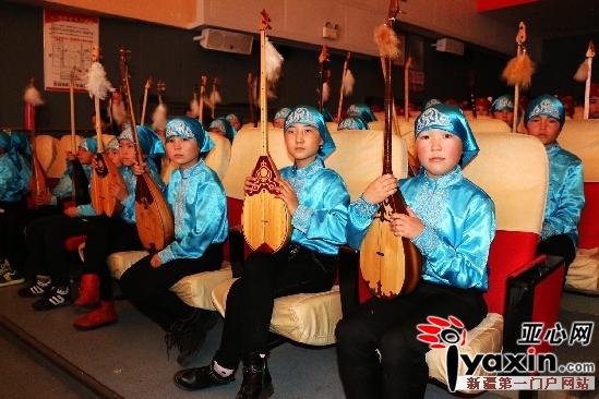 新疆托里县壹基金音乐教室启动仪式哈萨克族学生表演正在候场中