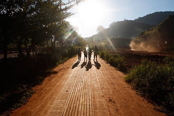 2016年11月18日,周五,李小进、王超和同学一起走回老挝磨丁的家。本文图片均来自 澎湃新闻记者 贾亚男