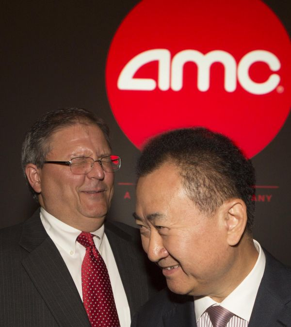 资料图片:万达集团董事长王健林(右)与AMC首席执行官和董事长杰里·洛佩斯在美国西洛杉矶一家AMC影院出席新闻发布会。 (新华社发)