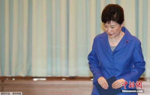 资料图:当地时间12月9日,韩国首尔,韩国国会通过总统弹劾案后,朴槿惠与韩国总理黄教安一起现身,与国务委员会面交谈。