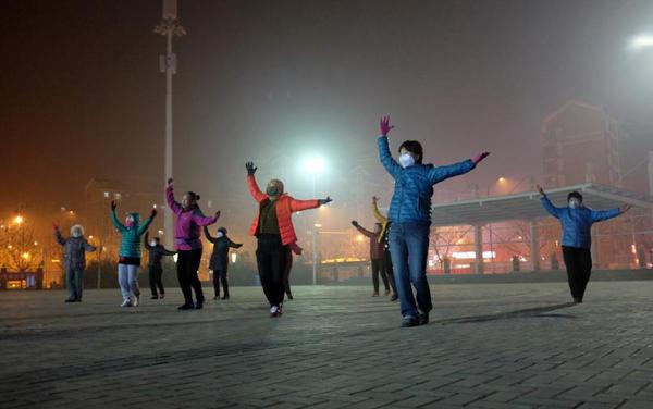 心疼广场舞大妈 顶着雾霾还在跳舞