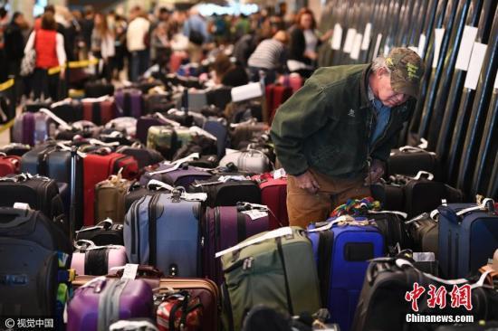 乘客滞留机场行李堆成山