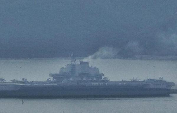 摄的照片显示,中国海军第一艘航空母舰辽宁号已经抵达海南某港.