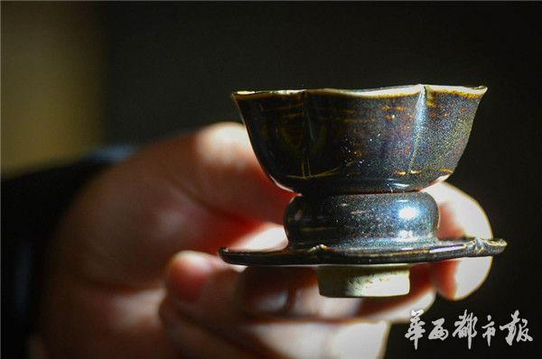 这是他收藏的一个茶盏。