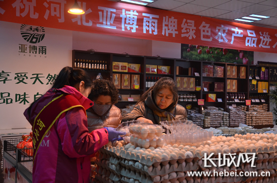 顾客在河北亚博农产品销售中心内挑选商品。长城网 王潇 摄