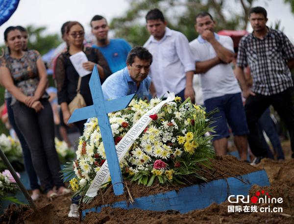 当地时间2017年1月4日,巴西玛瑙斯,遇难的囚犯葬礼举行。图片来源:视觉中国