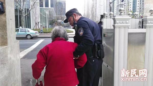 图说:日前,一张老民警耐心搀扶老太太的照片在网上引发网友点赞。上海警方图
