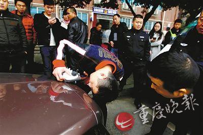 宾利车主为追女神把车标改成熊猫 女方:不成熟