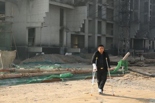 农民工讨薪手脚遭打断 警方:人大代表指挥打人
