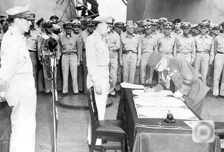1945年9月2日,日本向盟军投降仪式上,时任日本陆军参谋总长梅津美治郎在投降书上签字。 资料图片