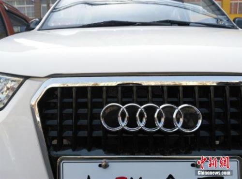 资料图:一电动汽车专卖店待售的电动汽车酷似各种知名豪车品牌。 图片来源:视觉中国