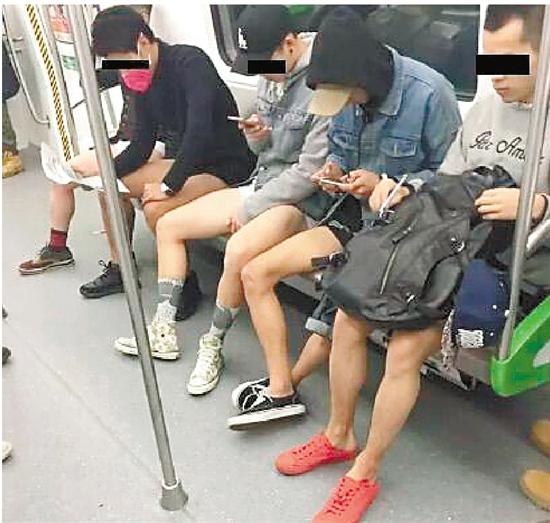 杭州地铁:10个男生当众脱裤 大伯大妈一脸懵(图)