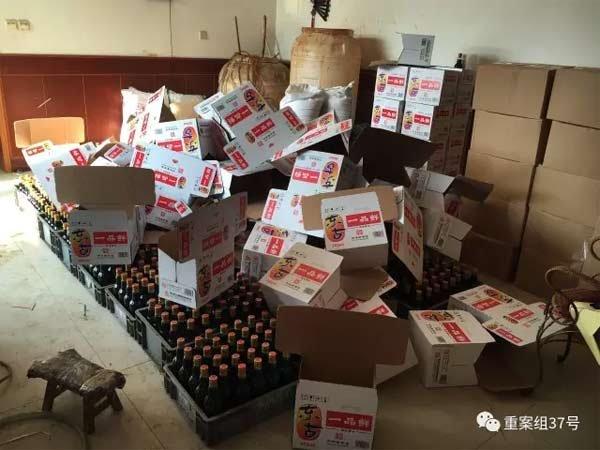 2017年1月11日,天津独流镇,一家生产假酱油村民家中,罐装并贴完标签的假东古酱油,正在准备装箱。